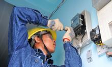 Công nhân thi công điện