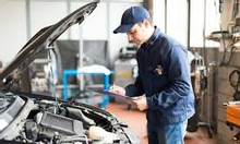 Nhân viên rửa xe, chăm sóc xe hơi cao cấp
