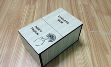 Đồ chơi trẻ em. Chiếc hộp vô dụng bằng gỗ giá rẻ