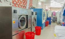 Nhân viên thu ngân ngồi quầy cửa hàng giặt ủi
