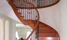 Thợ sửa chữa cầu thang gỗ tại nhà