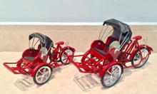 Mô hình xe xích lô sắt màu đỏ nổi bật