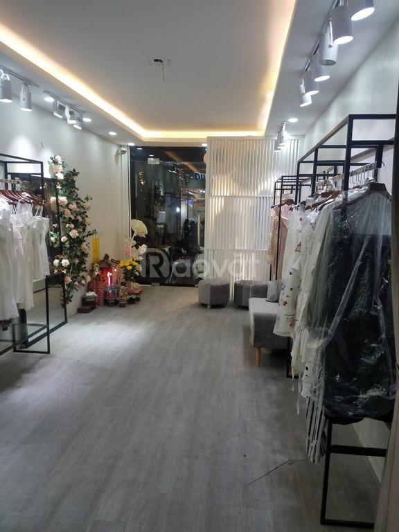 Cho thuê nhà mặt phố Đinh Liệt, nhà đẹp, riêng biệt
