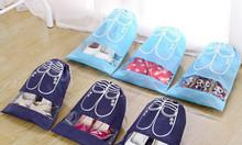 Dùng túi vải không dệt dây rút đựng giày tiện lợi