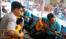 Học đàn Guitar & Ukulele TPHCM – lớp nhạc Lêvi