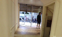 Sàn nhựa vân gỗ lót nền cửa hàng giá rẻ Hà Nội
