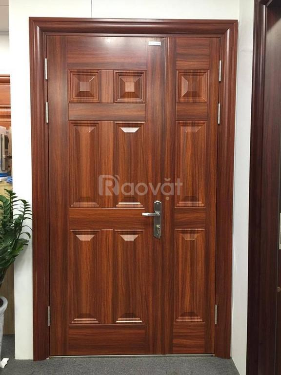 Cửa cổng chính chất liệu thép vân gỗ DH Group 21.4