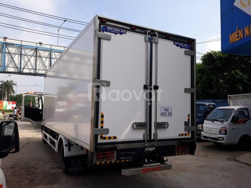Xe tải Hino FC 6 tấn, thùng đông lạnh