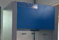 Tủ cấy vi sinh hai người đối diện phòng thí nghiệm
