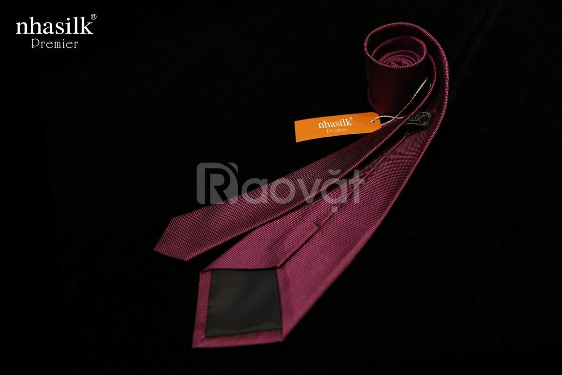 Cà vạt lụa màu đỏ đô
