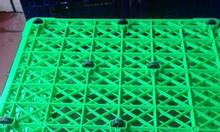 Giá sóng nhựa công nghiệp có 5 bánh xe đựng hàng trong kho sản xuất