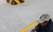 Giá sơn kẻ vạch Cadin màu đỏ màu vàng cho bãi đậu xe nhà xưởng