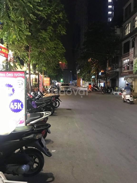 Bán nhà ặt phố Nguyễn Khánh Toàn vỉa hè rộng 200 triệu/m2