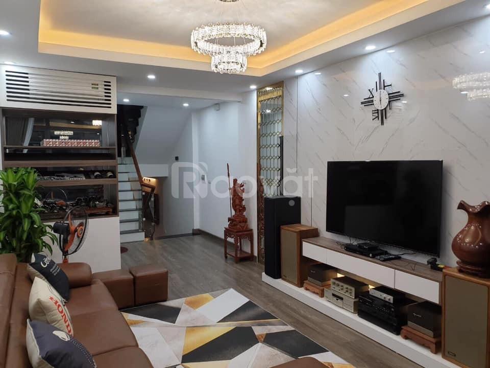 Bán gấp nhà trên phố Nguyễn Ngọc Vũ, chủ nhà thân thiện, hàng xóm tích cực.