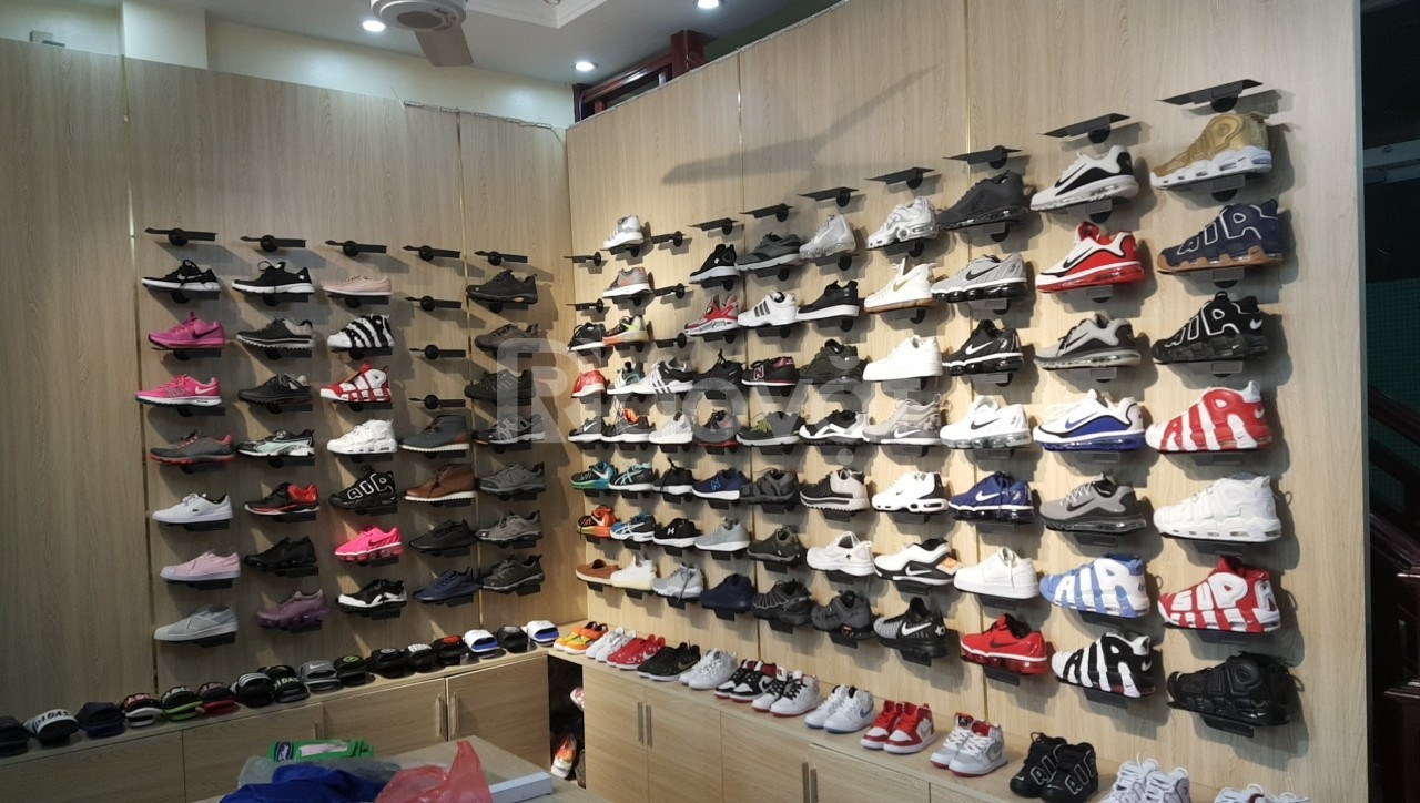 Kệ trưng bày giày bắt vít chuyên dụng cho shop thời trang
