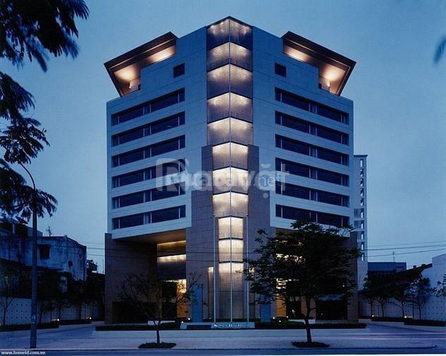 Tòa nhà văn phòng phố Hoàng Quốc Việt, 3 ô tô tải tránh, vỉa hè