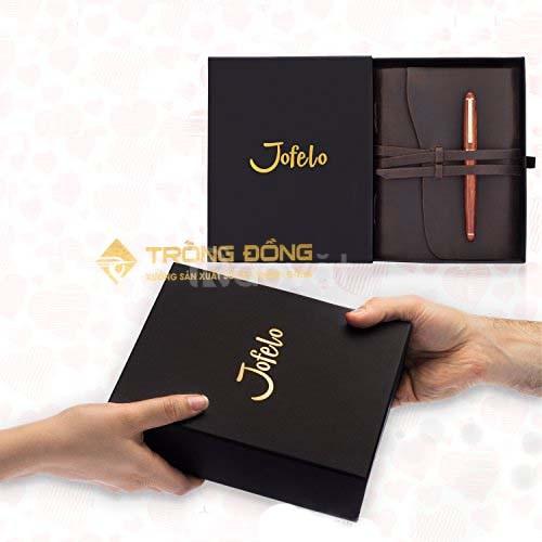 Bút kim loại và sổ tay bìa da quà tặng phẩm sang trọng.