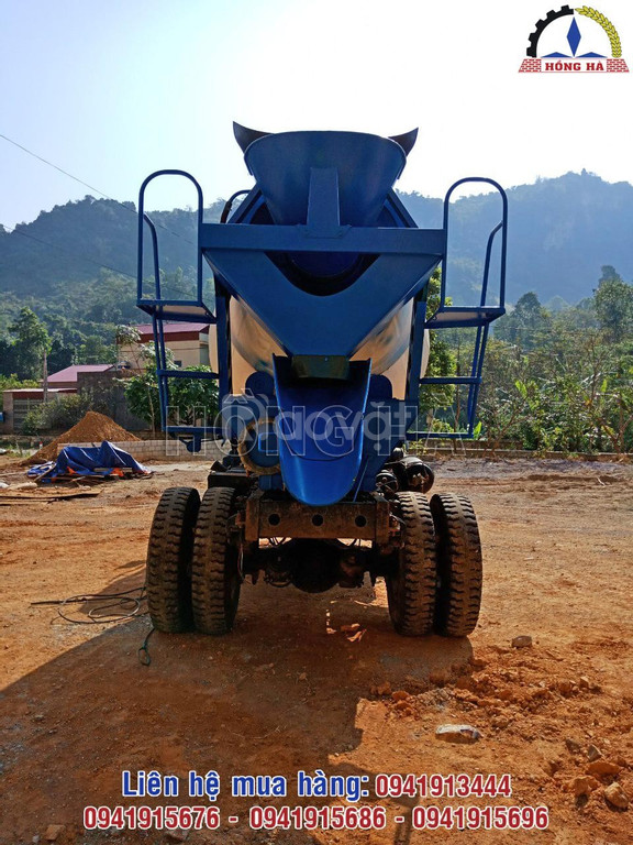 Bồn trộn thủy lực 3 khối chạy động cơ Diesel được lắp lên xe tải ben