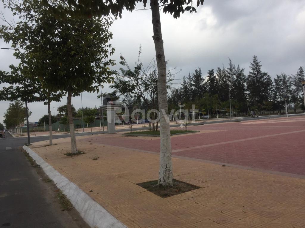 Ngay trung tâm thành phố, cách siêu thị 40m, nằm kề quảng trường.