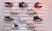 Gợi ý trưng bày cho shop giày thể thao với tấm vách Slatwall