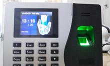 Lắp máy chấm công vân tay có pin lưu điện giá rẻ