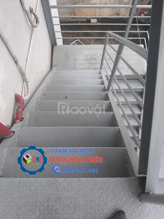 Cầu thang sắt thoát hiểm (ảnh 5)
