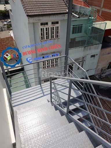 Cầu thang sắt thoát hiểm (ảnh 1)