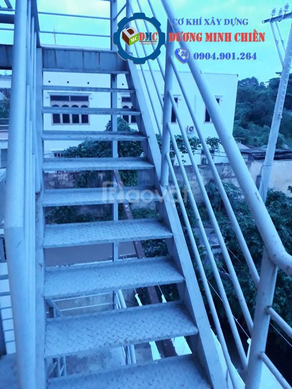 Cầu thang sắt thoát hiểm (ảnh 7)