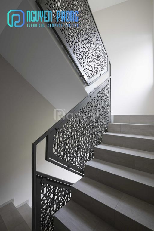 Cầu thang cắt CNC kết hợp sơn epoxy bền, đẹp 2020