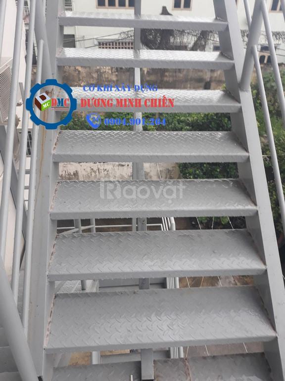 Cầu thang sắt ngoài trời (ảnh 8)