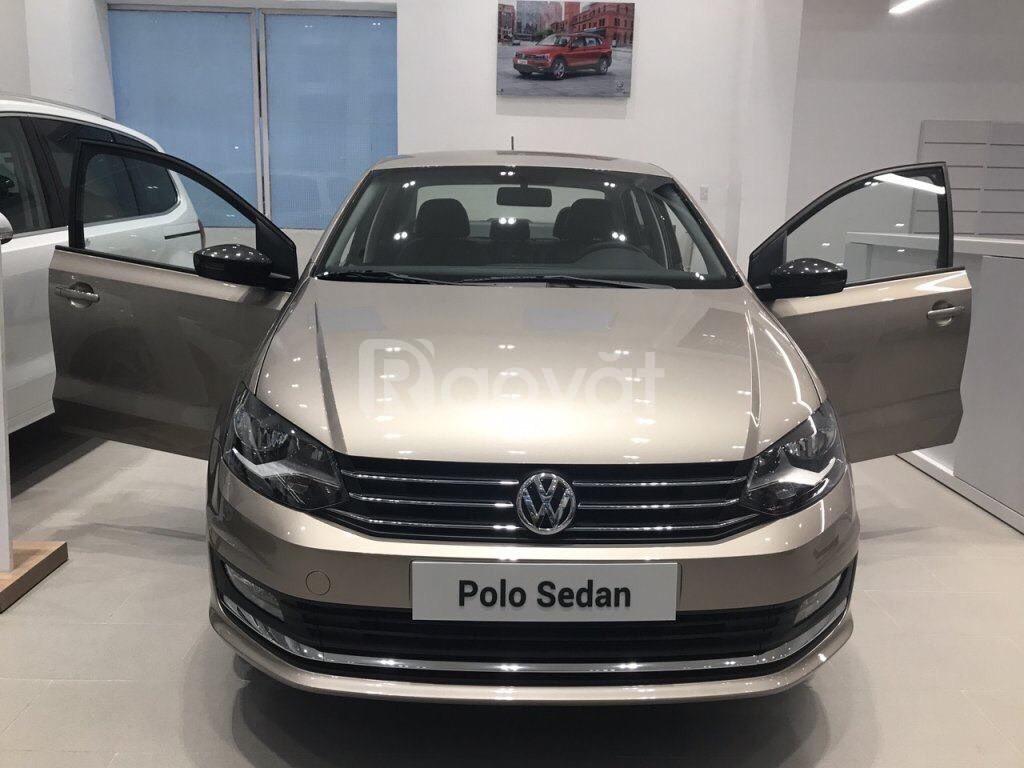 Volkswagen Polo Sedan nhập khẩu, màu vàng cát tặng quà khủng