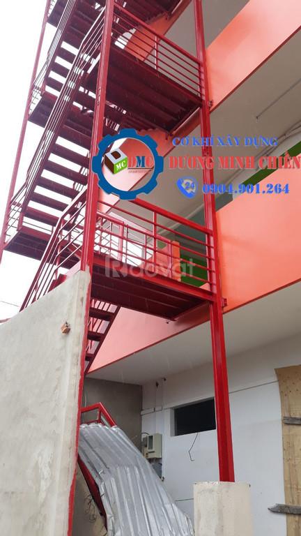 Cầu thang sắt ngoài trời (ảnh 5)