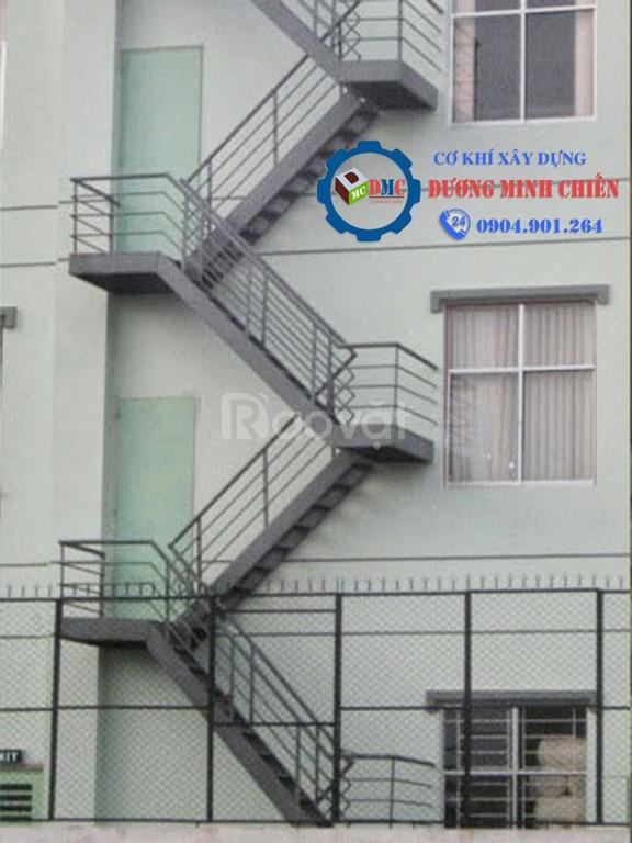 Cầu thang sắt ngoài trời (ảnh 1)