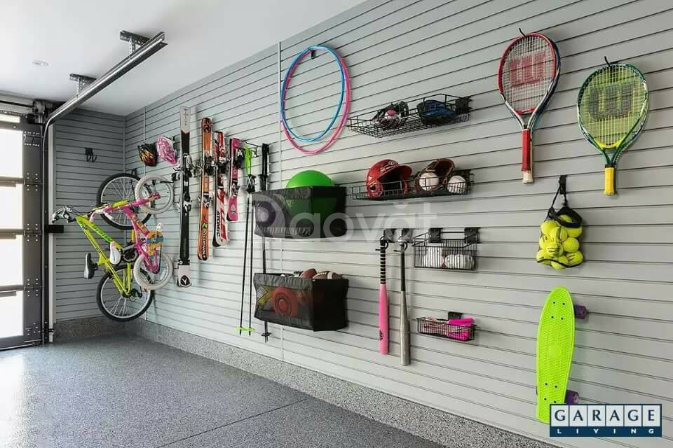 Vách gỗ slatwall trưng bày cho hàng dụng cụ thể thao