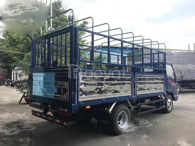 Xe tải jac 2T4 thùng 3m7 chạy trong thành phố.