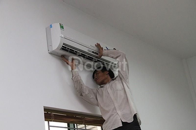 Nhân viên lắp đặt điều hòa, máy lọc không khí