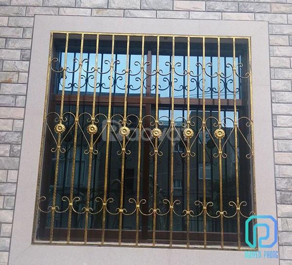 Mẫu khung cửa sổ sắt uốn phù hợp với kiến trúc hiện đại lẫn cổ điển