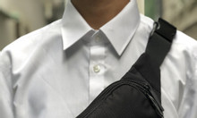 Túi đeo chéo mini Adidas màu đen logo vàng đồng