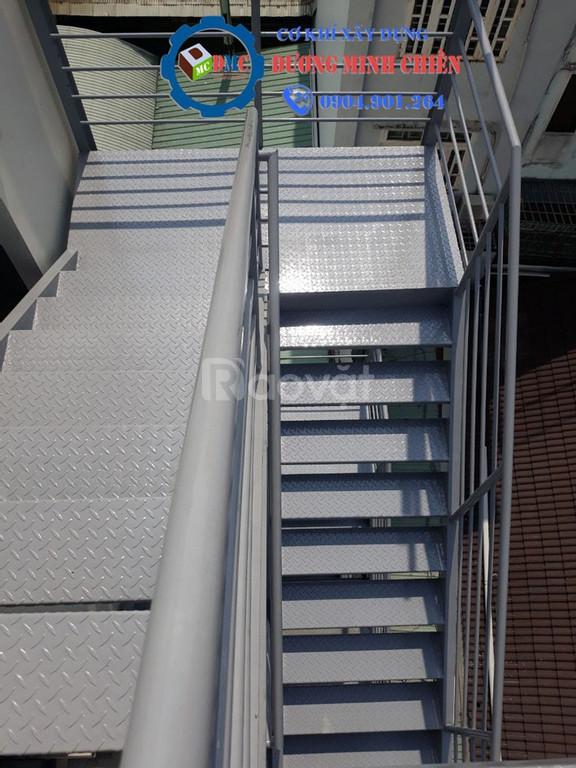 Cầu thang sắt ngoài trời