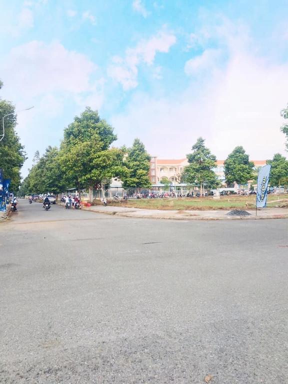 Nền gần trường tiểu học hiện hữu