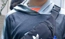 Túi đeo chéo bao tử Adidas màu đen logo bạc