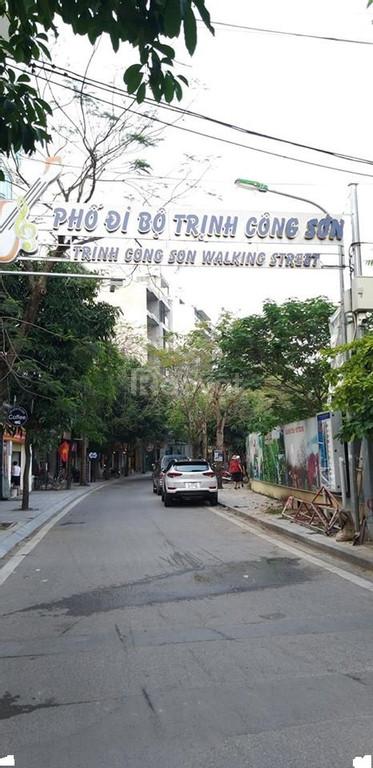 Bán nhà Trịnh Công Sơn, view Hồ Tây kinh doanh, thang máy