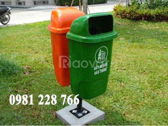 Vì sao thùng rác nhựa treo đôi đặt tại các địa điểm công cộng