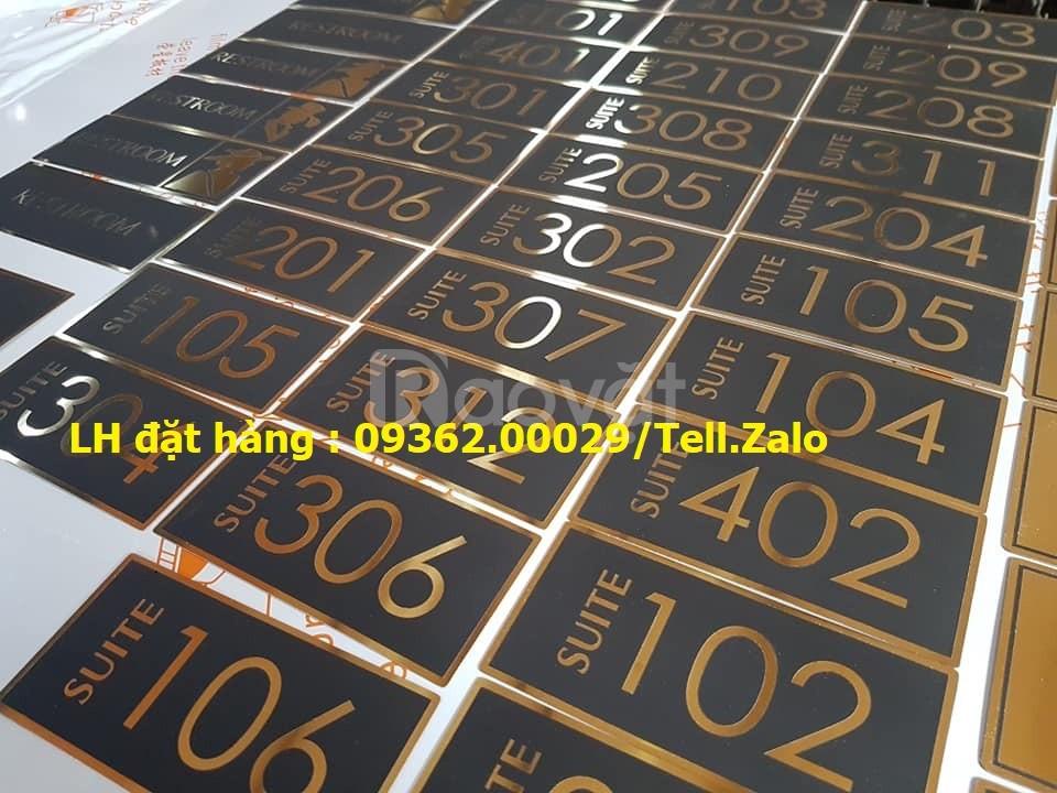 Kệ số mica để bàn uốn chữ L, biển số bàn mica sản xuất theo yêu cầu