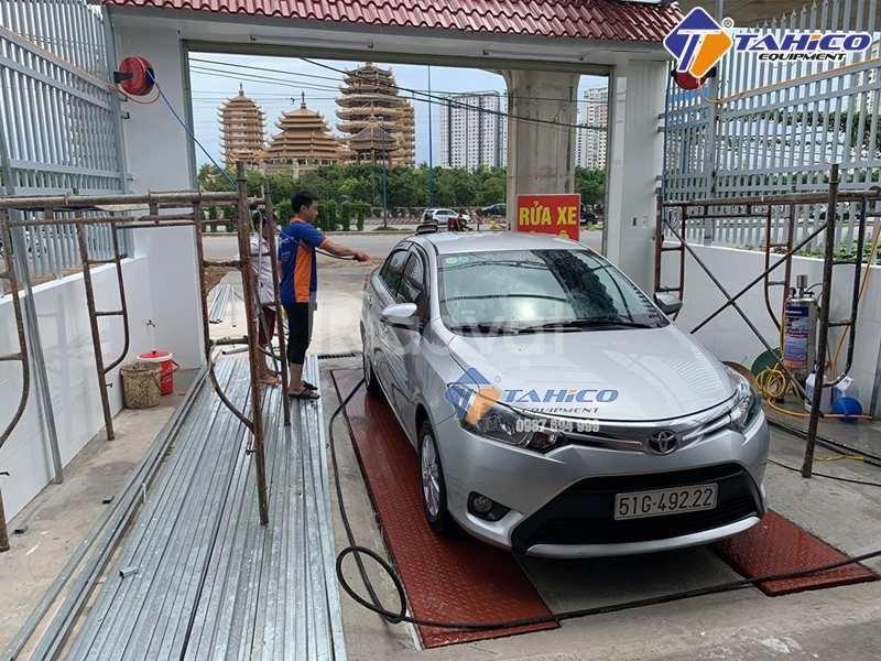 Cầu nâng 1 trụ rửa xe ô tô nhâp khẩu SHARK tại Bình Thuận (ảnh 3)