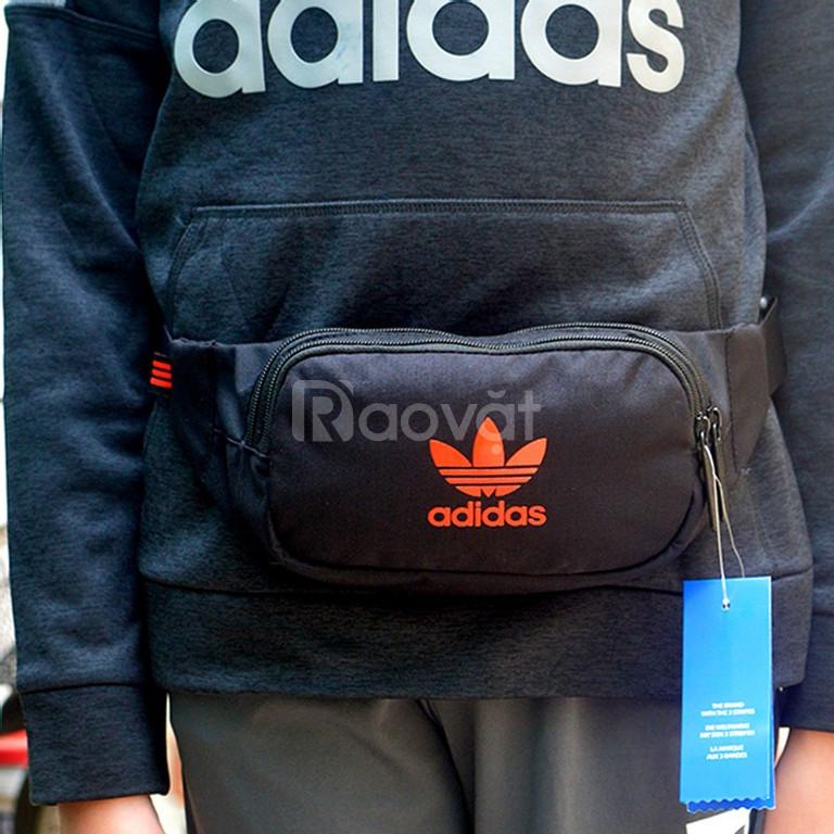 Túi đeo chéo adidas màu đen logo đỏ