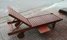Ghế tắm nắng gỗ tiện ích với bánh xe