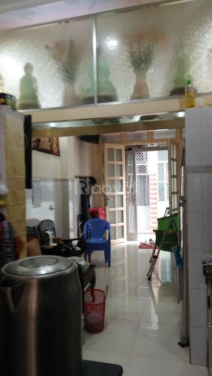 Xe hơi đậu cửa nhà Nguyễn Thần Hiến, quận 4