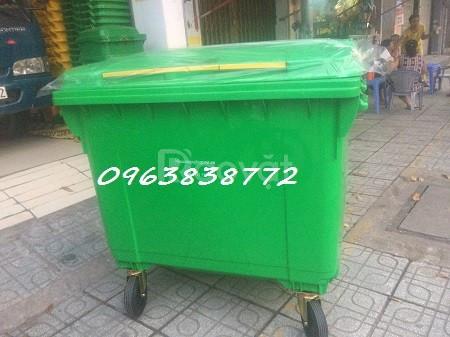 Xe đẩy rác 660 lít thu gom rác ngoài trời.