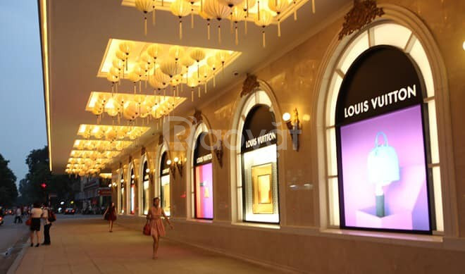 Cho thuê 420m2 showroom, shop ở mp Tràng Tiền mặt tiền 22m